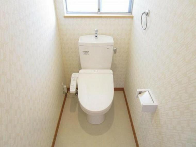 トイレ 【リフォーム済写真】TOTO製のウォシュレット付きトイレを設置しました。壁と天井のクロスを張替え、床をクッションフロアに張り替えました。気になる水回りが新品だと安心ですね。