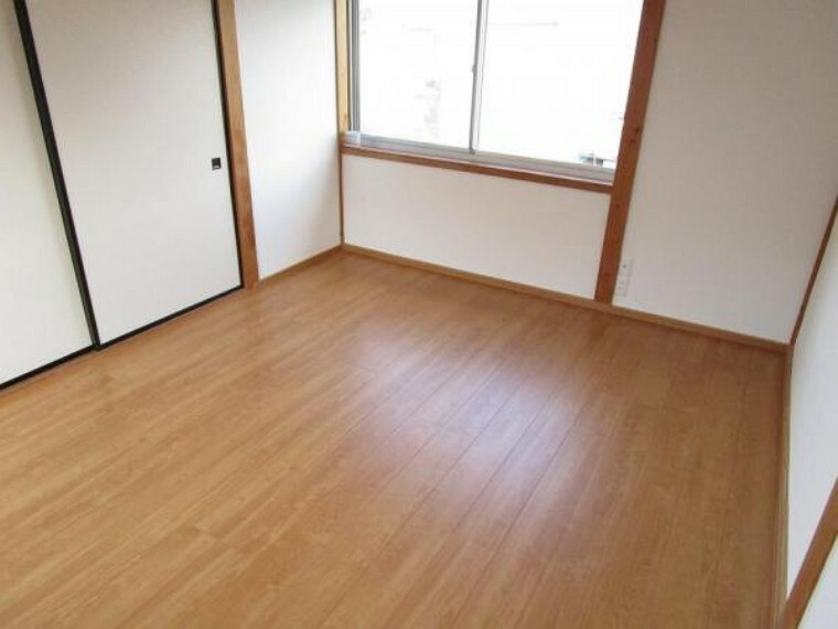 【リフォーム済写真】2階廊下の手前側の4.5帖洋室です。床をフローリングに張替え、壁と天井のクロスを張り替えました。お子様の一人部屋や書斎としていかがでしょうか。