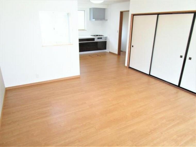 居間・リビング 【リフォーム済写真】キッチンと和室のお部屋をつなげてLDKを作りました。床をフローリングに張替え、壁と天井のクロスを張り替えました。アクセントクロスが目を引きますね。家族団らんの時間を過ごすお部屋にピッタリですね。