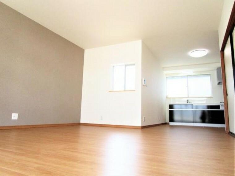 玄関 【リフォーム済写真】別角度のリビング写真です。リビング横にはアクセントクロスとしてグレーの壁紙を使用しました。お部屋を落ち着いた雰囲気にしてくれてますね。