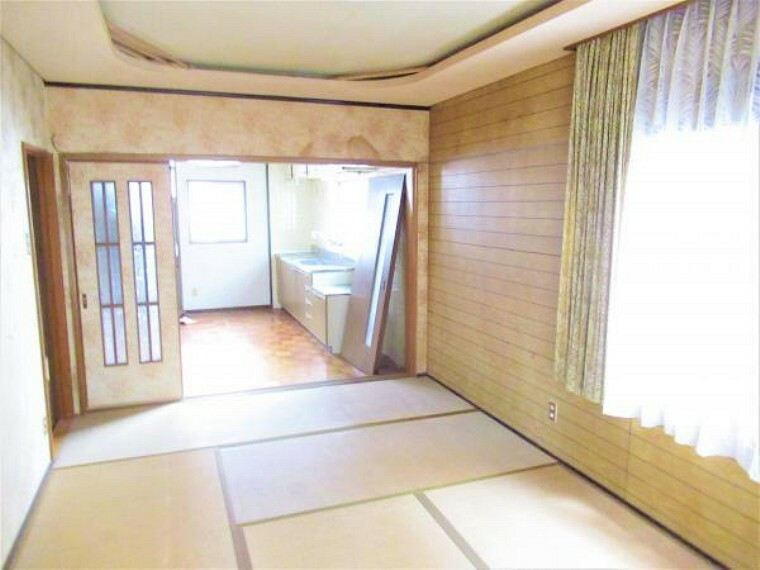 居間・リビング 【リフォーム中】1階7.5畳の和室です。間取り変更を行い、奥に見える台所と繋げることでLDKを作成します。壁天井のクロス張替え、フローリング張替え、システムキッチンを新設します。