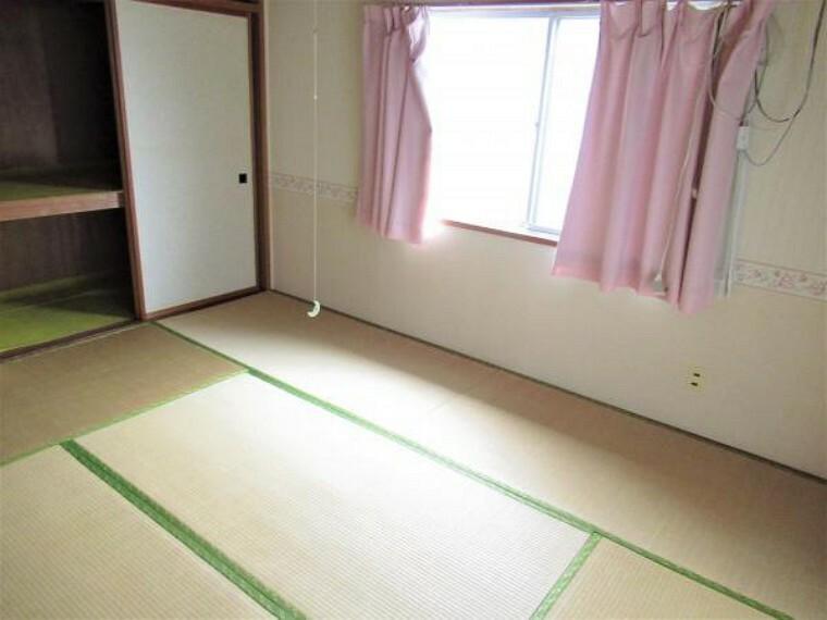 【リフォーム中】2階東側の6畳の和室です。間取り変更を行い、和室から洋室に変更します。壁天井のクロス張替え、フローリングを張ります。押入れ部分はクローゼットを新設します。照明もLED照明にしますので明るいお部屋に生まれ変わります。