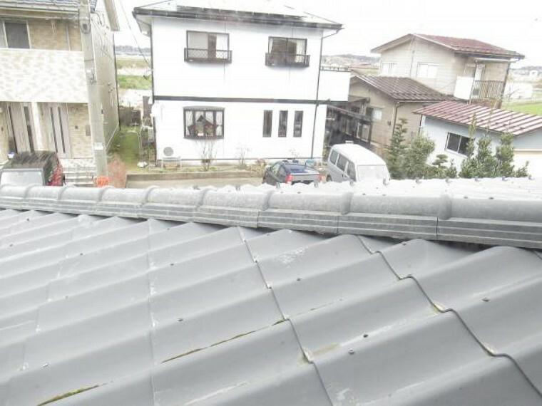 外観写真 【リフォーム中】屋根の様子です。屋根瓦を全部葺き替えガルバリウム屋根に変更します。雨漏り、瓦の劣化の不安も解消できて、気分良く安心して住むことができますよね。