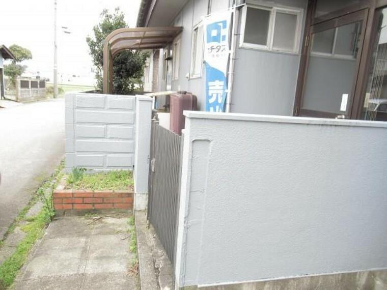 玄関 【リフォーム中】玄関前の様子です。塀を撤去して、車1台駐車出来るようにします。計3台駐車できることができるのでより過ごしやすいですよね。