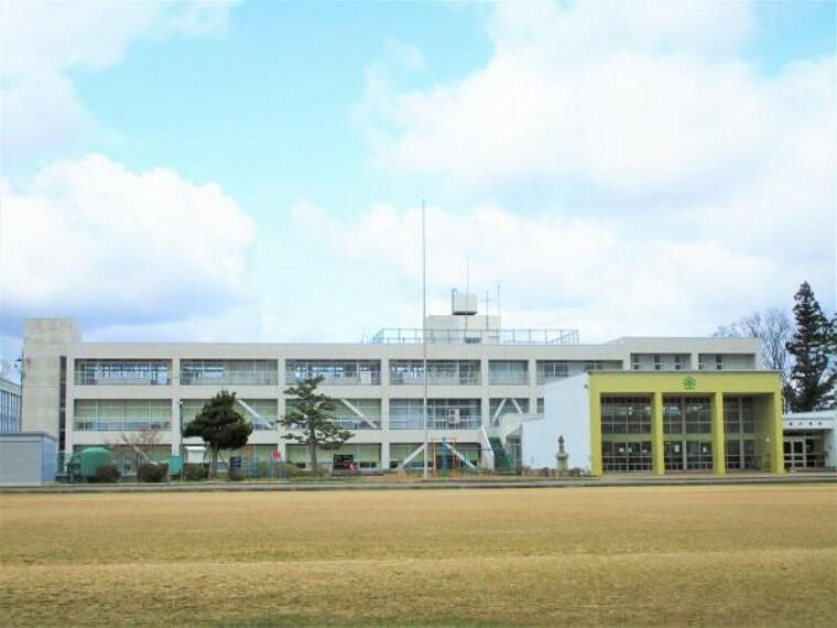 小学校 あわら市本荘小学校まで約800mです。徒歩10分の距離です。