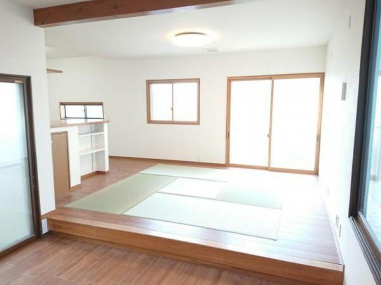 居間・リビング 【リフォーム済】別アングルLDK19.8帖です。DK横に畳スペースがあります。掃き出しの窓からの光が明るい空間をつくりだしています。