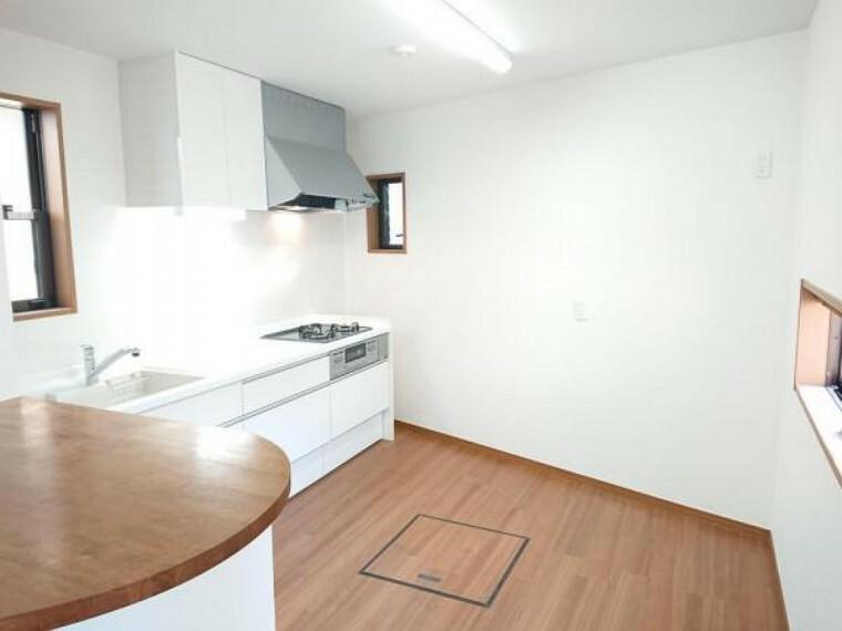 キッチン 【リフォーム済】キッチンです。天井・壁はクロス張替えを行いました。リビングとつながってはいますが、別空間としてキッチンスペースがあるのでゆとりがあります。