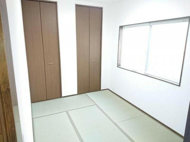【リフォーム済】2階和室4.4帖です。クロス張替え、畳表替えを行いました。コンパクトなお部屋ですが、収納がしっかりあるのでスペースに困りません。