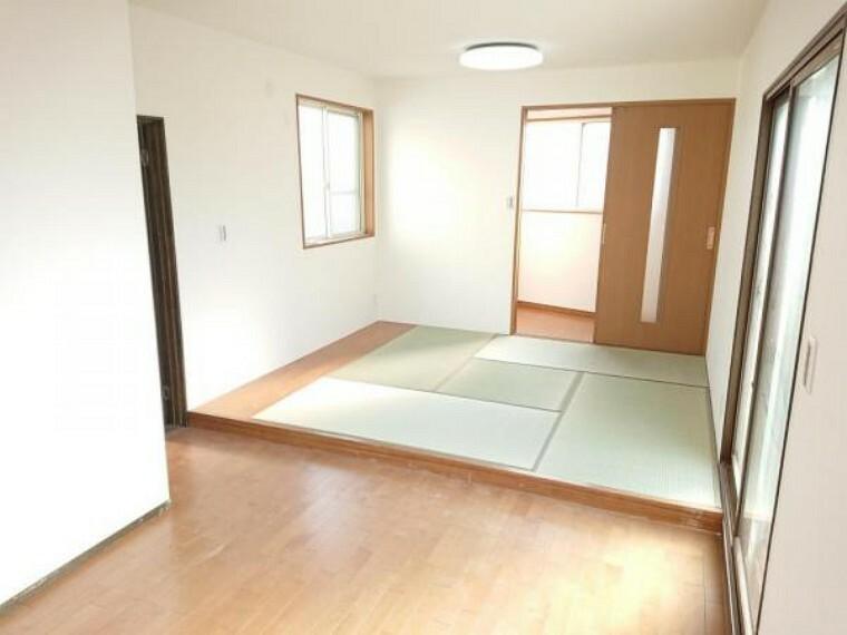 【リフォーム済】2階洋室10.6帖反対側からの写真です。奥に大きめの収納スペースがあります。ご夫婦の寝室にいかがでしょうか。