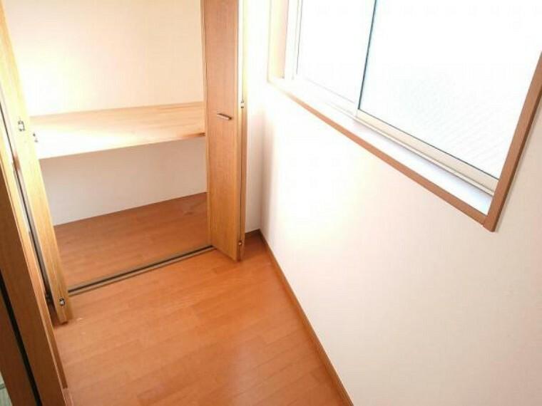 収納 【リフォーム済】2階10.6帖収納部です。天井・壁クロス張替えを行いました。コンパクトでも収納があるとお部屋を広く使えて便利ですよね。