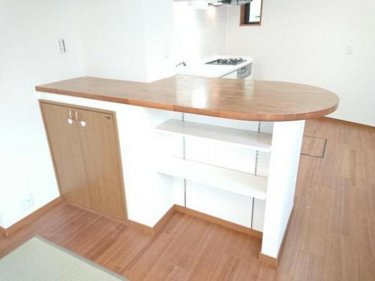 収納 【リフォーム済】キッチン横の棚と収納スペースです。収納としてはもちろん、椅子をおいて机代わりにもできますね。