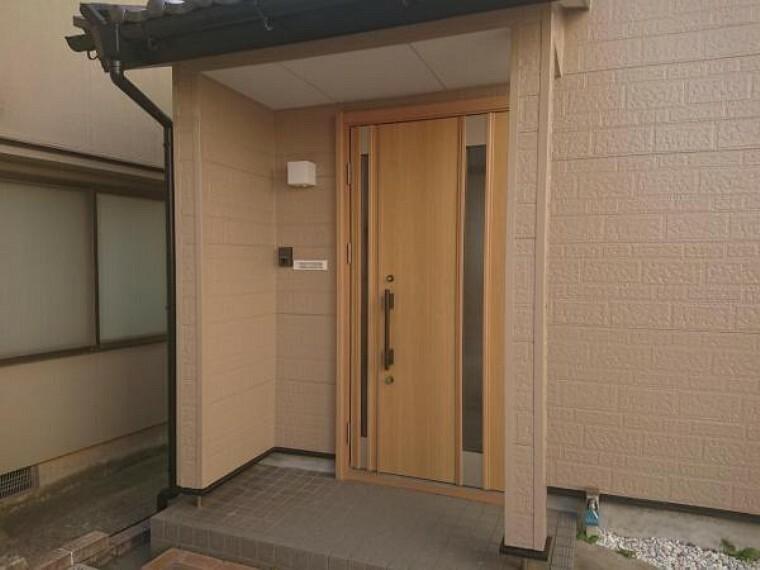玄関 【リフォーム済】玄関です。平成29年におうち前面塗装、玄関ドア交換を行っています。前所有者様が大切にお住まいだったことが伝わってくるオウチです。