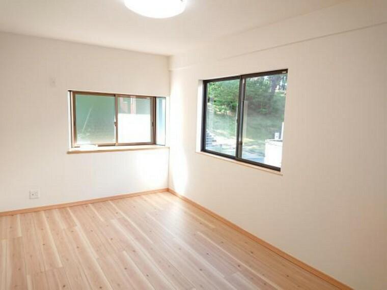 【リフォーム済】一階洋室です。床フローリング上張り・照明交換・建具交換・天井壁クロス張替えを行いました。ご夫婦の寝室としていかがでしょうか。