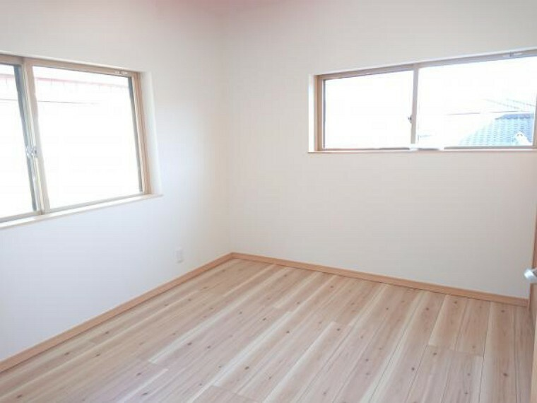 【リフォーム済】二階6帖洋室です。天井壁クロス張替え、床フローリング張り、照明建具交換、クローゼット新設を行いました。お子様のお部屋としていかがでしょうか。インナーサッシ付きです。