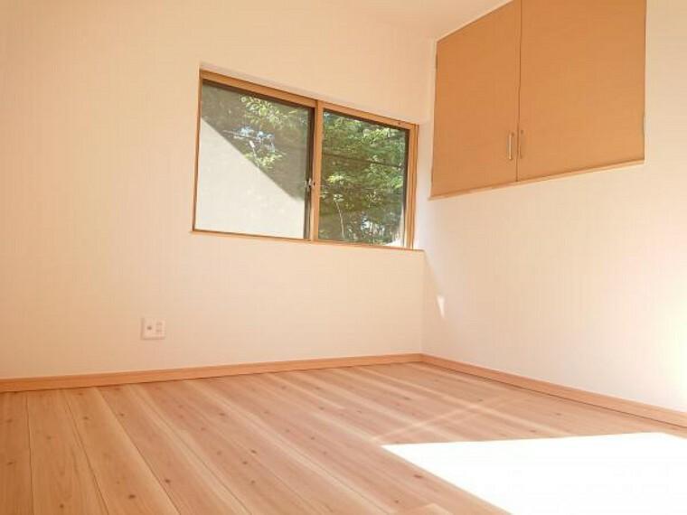 【リフォーム済】二階4.5洋室です。天井壁クロス張替え、床フローリング張り、照明建具交換、クローゼット新設を行います。窓がありますので居室としても、贅沢に納戸としてもお使い頂けます。インナーサッシ付きです。