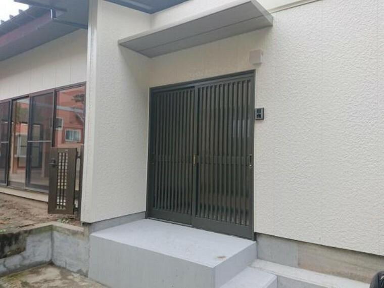 玄関 【リフォーム済】玄関扉は新品交換を行いました。引違い仕様です。