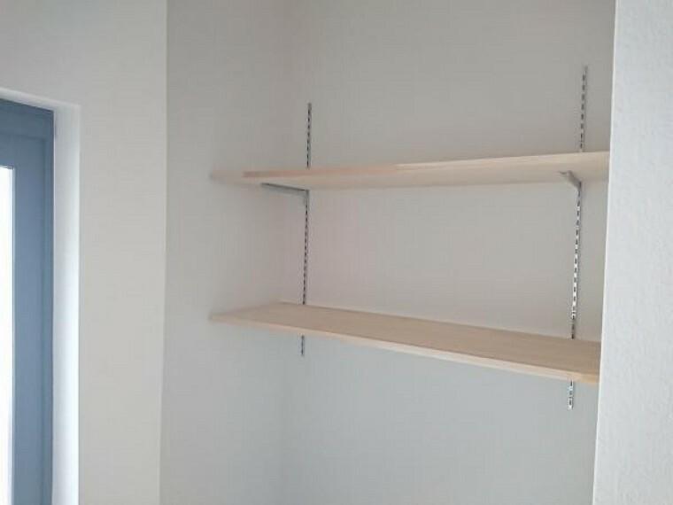 収納 【リフォーム済】玄関脇にはシューズクロークを造作しました。可動式の棚を設置しブーツやハイカットのシューズを難なく収納できます。