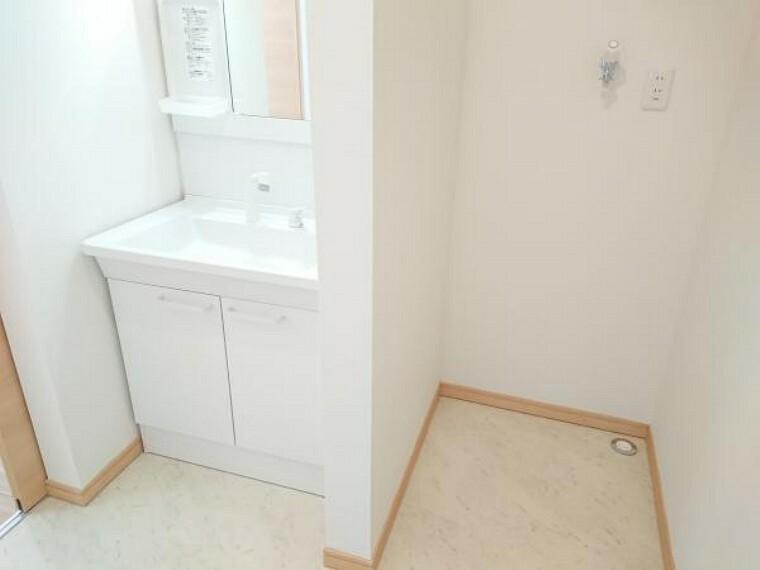 洗面化粧台 【リフォーム済】TOTO社製の洗面化粧台に新品交換しました。お湯と水をきっちり使い分けられる「エコシングル水栓」で省エネを実現。新開発のキャビネットは大幅に収納力をアップした大容量タイプです。