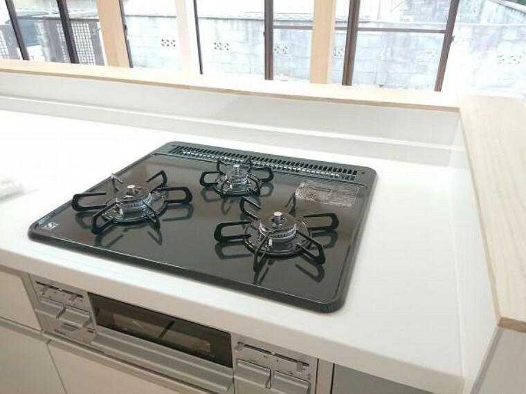 キッチン 【リフォーム済】3口あるコンロで同時進行で時間短縮。大きなお鍋を置いても困らない広さ。ワンタッチ着火で押すだけ、火力調整もレバーで簡単。お手入れ簡単なコンロなのでうっかり吹きこぼしてもお掃除ラクラク。