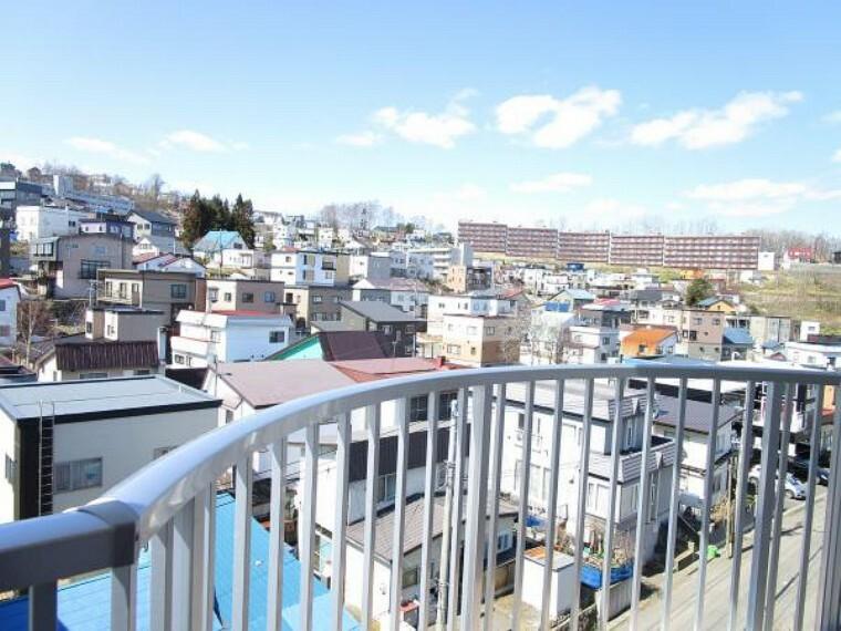 バルコニー 【眺望】バルコニーからの眺望です。桜町の街並みを見渡すことができます。大きな建物が近くに無いため、開放感があり心が和みますね。
