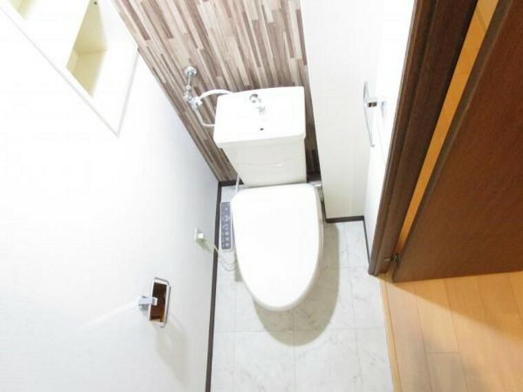 トイレ 【リフォーム後写真】トイレは便器便座を新品交換しました。新しく暮らすにあたって、トイレが新しいと清潔で嬉しいですね。壁には棚が付いていますので、小物もキレイに収納できそうです。