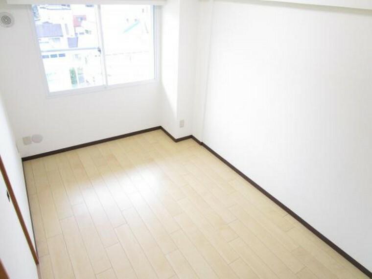 【リフォーム後写真】別角度洋室B。和室から洋室に変更しました。襖で隣の和室と繋がっています。襖で隣の和室と繋がっています。床は遮音フロアを貼り、TVジャックを新設しました。