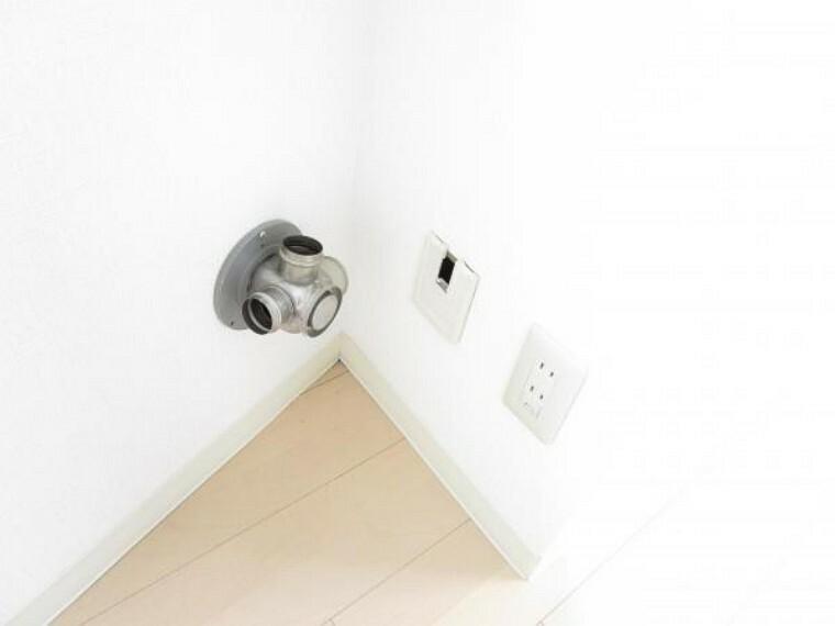 構造・工法・仕様 【リフォーム後写真】ストーブはガスタイプです。ガスは都市ガスを利用できます。リビングと洋室A、洋室Bにガスコックが設置されています。居室でもガスストーブが接続できると、冬でも暖かく過ごせますね。