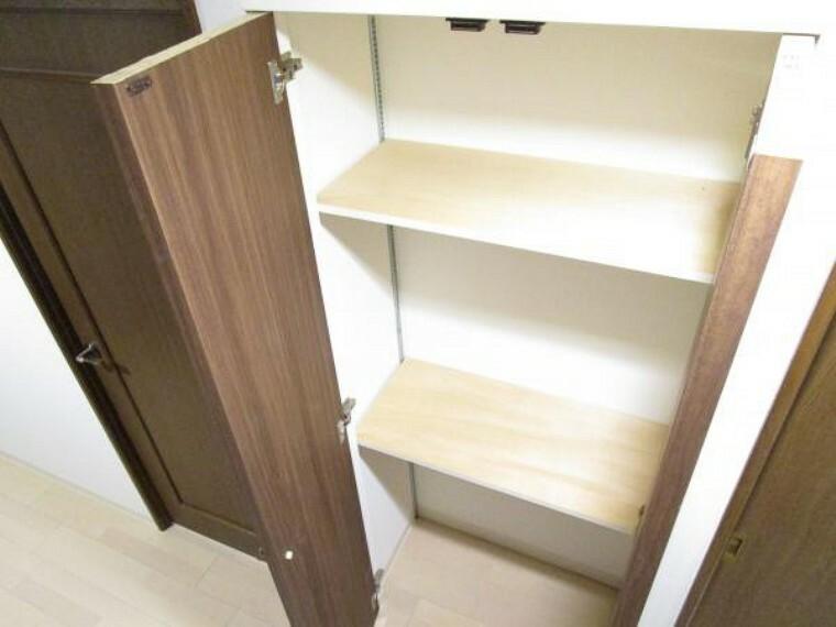 収納 【リフォーム後写真】収納。廊下のトイレ向かいに収納があります。中棚がありますので、小物もキレイに収納できそうです。扉はシートを貼替え、他の建具と統一感を出しました。