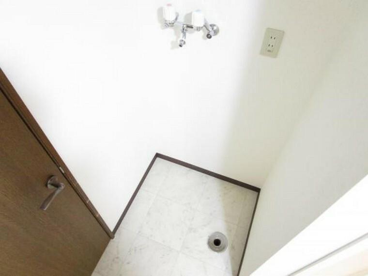 洗面化粧台 【リフォーム後写真】洗濯機スペース。床はクッションフロアを貼替えましたので、清潔でキレイなスペースになりました。洗面室の扉を新設しました。
