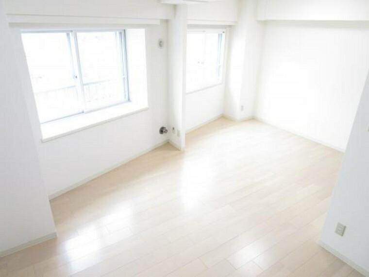 【リフォーム後写真】11.9帖洋室A。2部屋分の広さがあります。南向きの2面採光で、日当たり良好。換気も簡単にできそうです。室内はクリーニングを行いました。主寝室や書斎、お子様方のお部屋など自由に使えそうです。