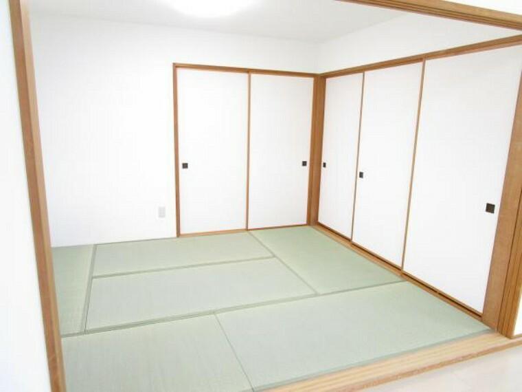 【リフォーム後写真】6畳和室。リビングと間続きになっており、開放感のある和室です。襖で隣のお部屋とも繋がっています。畳の表替え、TVジャックの新設を行いました。