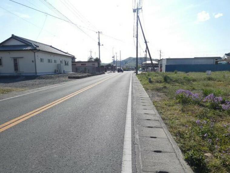現況写真 南側の道路は幅約16mの県道です。