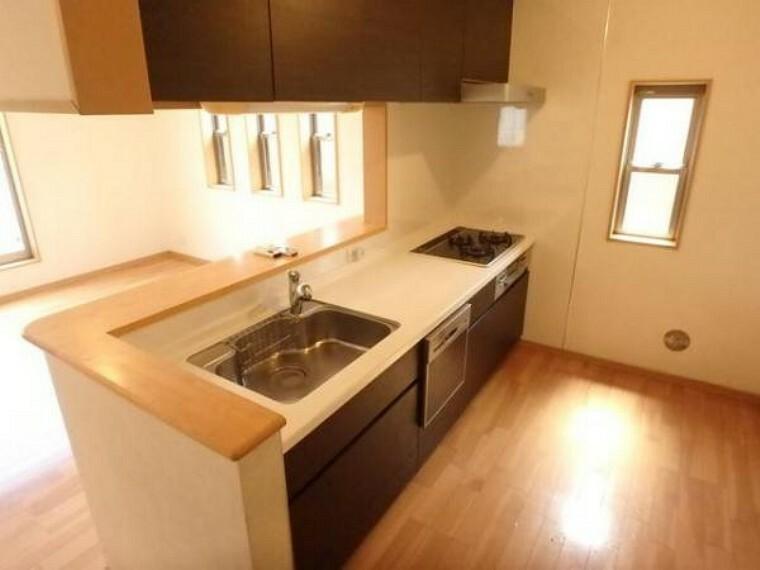 キッチン 広々としたキッチンスペース。食洗機付き、収納力のあるキッチンは料理が捗ります(5/3)