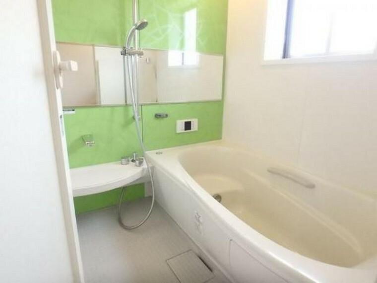 浴室 一日の疲れを癒し、快適に過ごして頂くためにゆったりサイズのバスタブです。(5/3)