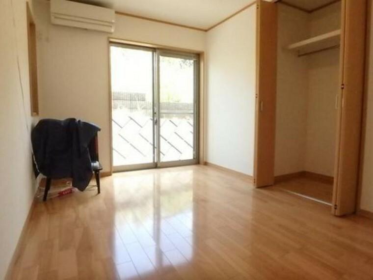 居室内に余計な家具を置く必要がないので、シンプルですっきりとした暮らしが実現しています。(5/3)