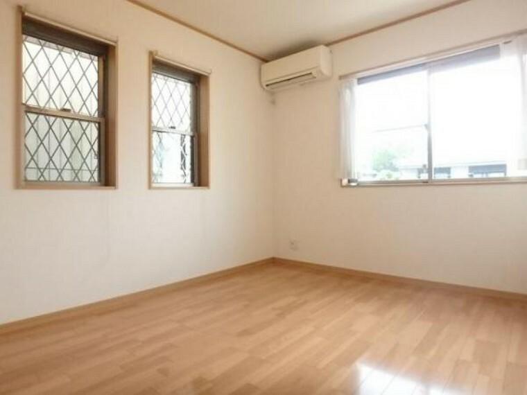 窓からたっぷりと陽光が注がれる、明るく快適なプライベート空間となっています。(5/3)