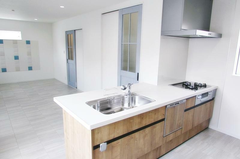 キッチン 新築施工事例です。キッチンは食洗機付き。最新の設備について事前に詳しくご案内致します。