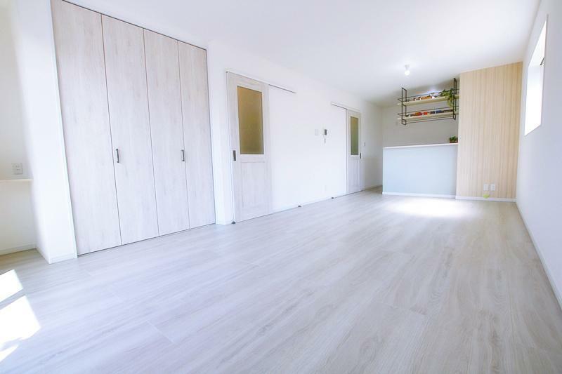 居間・リビング 新築施工事例です。建具やフローリングの色、クロスもお選びいただけます。設備や仕様など詳しい資料を郵送にてご対応可能です。是非お問合せ下さい。