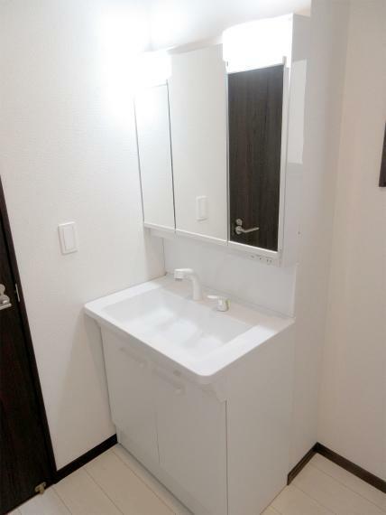 (同社施工例)シャワー付きの洗面化粧台はお掃除のときにも便利