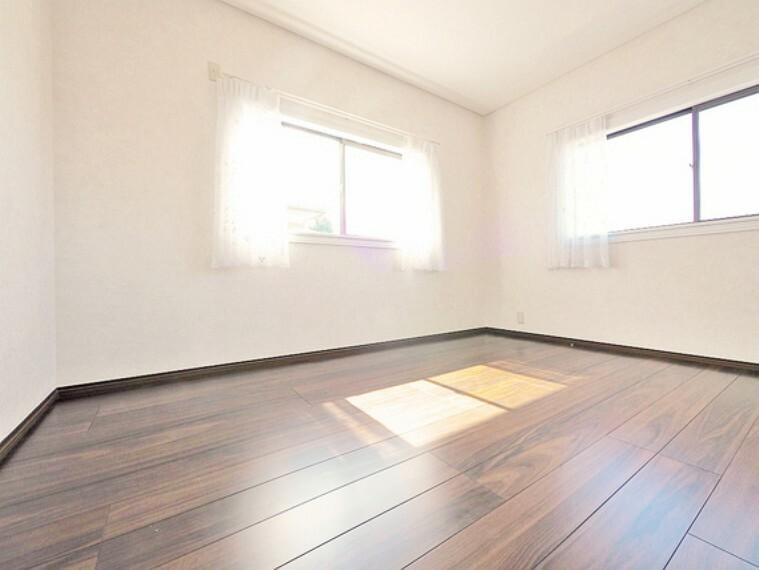 寝室 2面採光で日当たり、風通しも良好な気持ちの良いお部屋