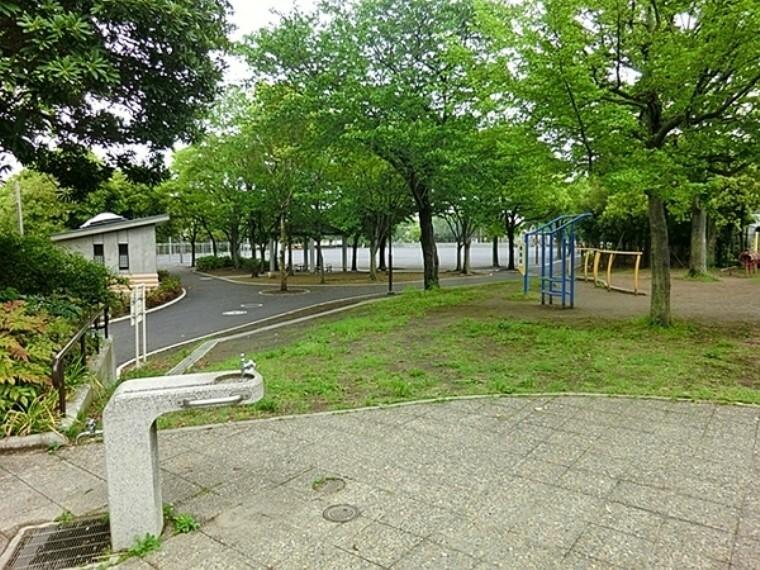 公園 永田みなみ台公園 公園の中にはログハウスや屋外遊具の大小滑り台、健康遊具もあり老若男女訪れる公園です。