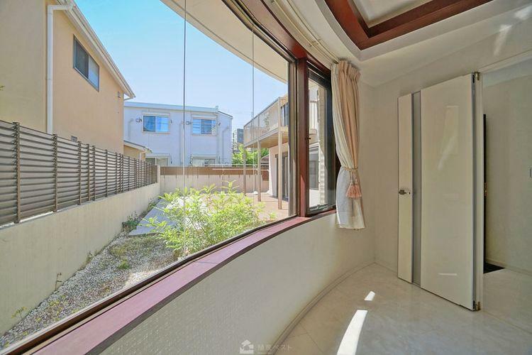 寝室 窓から広々とした庭が見える寝室。窓も大きくとられ、日の光を存分に取り込みます。