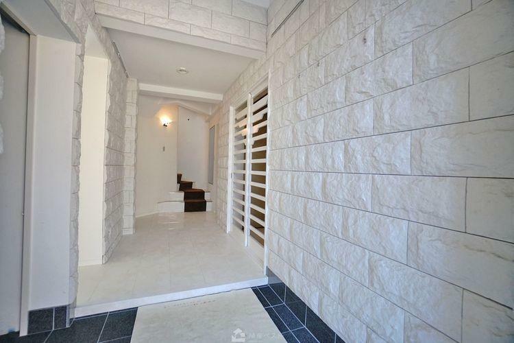 玄関 重厚な石材を敷き詰めたエントランス。シューズインクローゼットも備え、収納力もたっぷりございます。