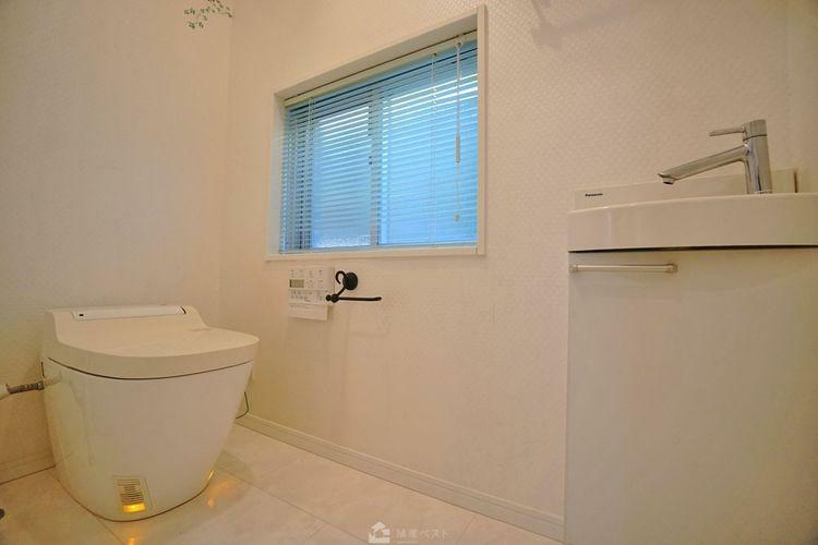 トイレ 一人の時間を大切にできる空間です。小窓から差し込む日差しがより爽やかな気分にしてくれますね。