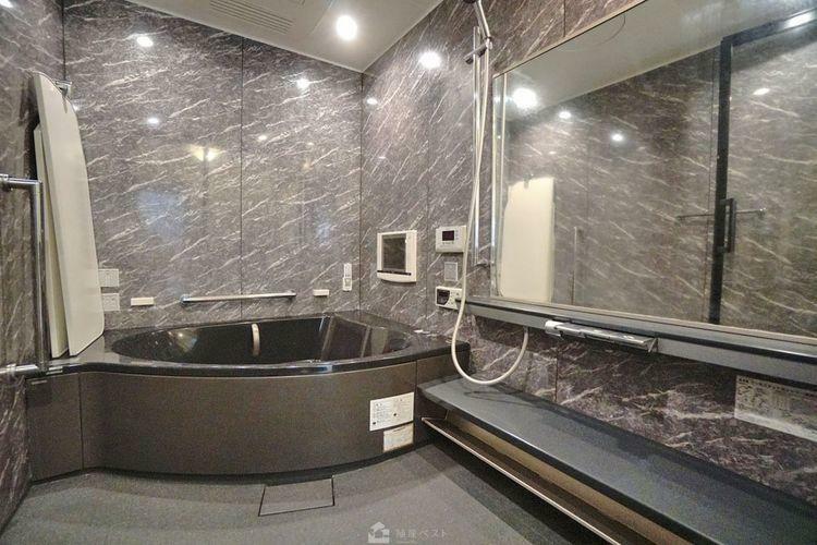 浴室 落ち着いたデザインの浴室です。テレビも備えていて高級ホテルのような仕上がりです。