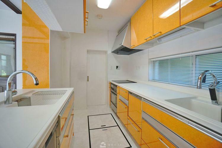 キッチン 充実した収納力が特徴的なキッチンです。明るくてウキウキした気持ちで料理ができますね。