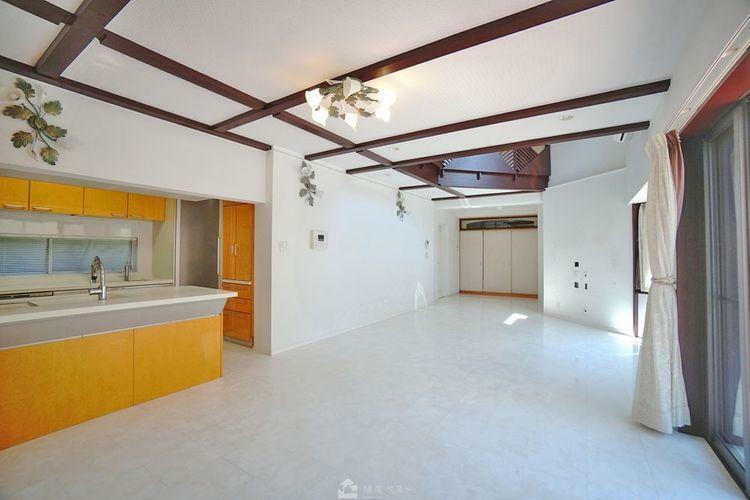 居間・リビング 開放的なリビングは家族の笑顔を生み、明るく楽しい、そして居心地の良い癒しの空間を作り出します。