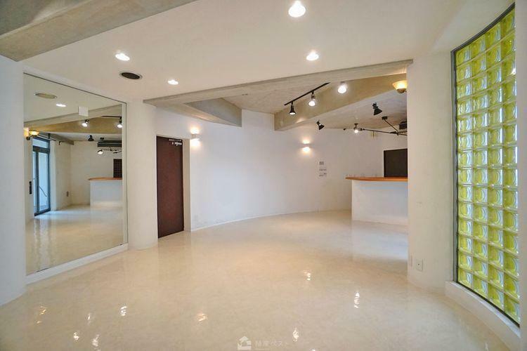 地下にある33帖のホールはお客様をお迎えしてのホームパーティーなど多目的にお使いいただけます。