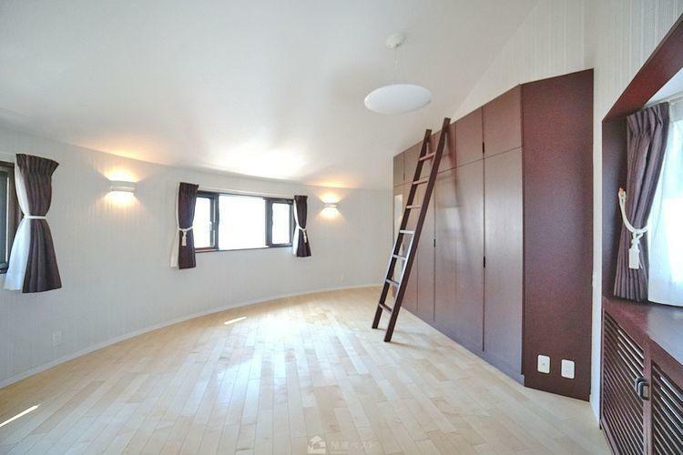 子供部屋 14帖の洋室です。明るい日差しが差し込む洋室は、気持ちの良い目覚めを約束します。