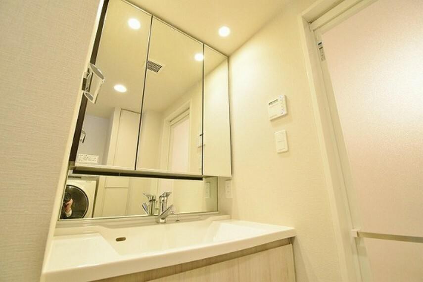 洗面化粧台 ホテルのような洗面台は横にお化粧品なども置ける、女性に嬉しい設備